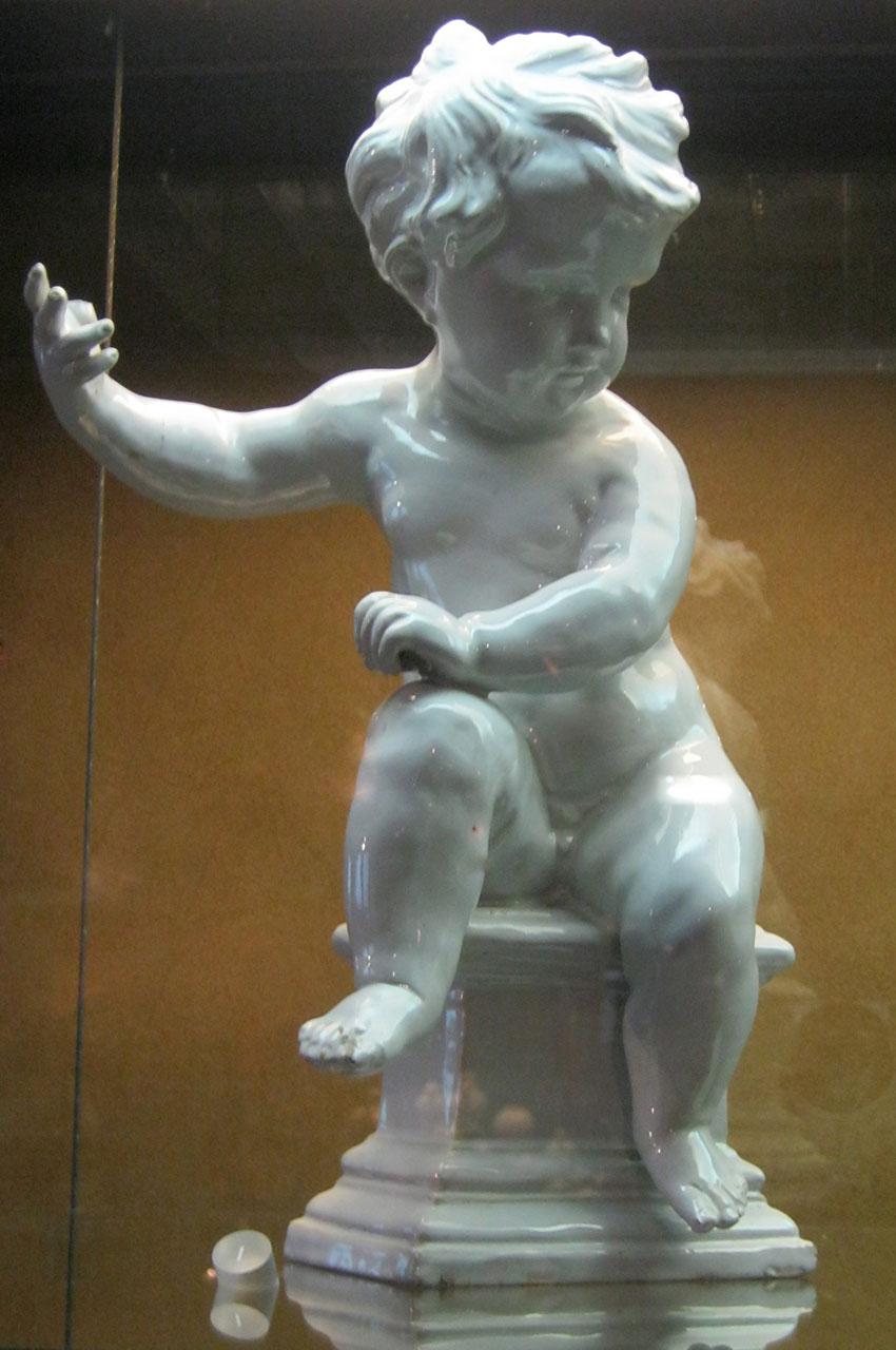 Statue d'enfant en porcelaine blanche