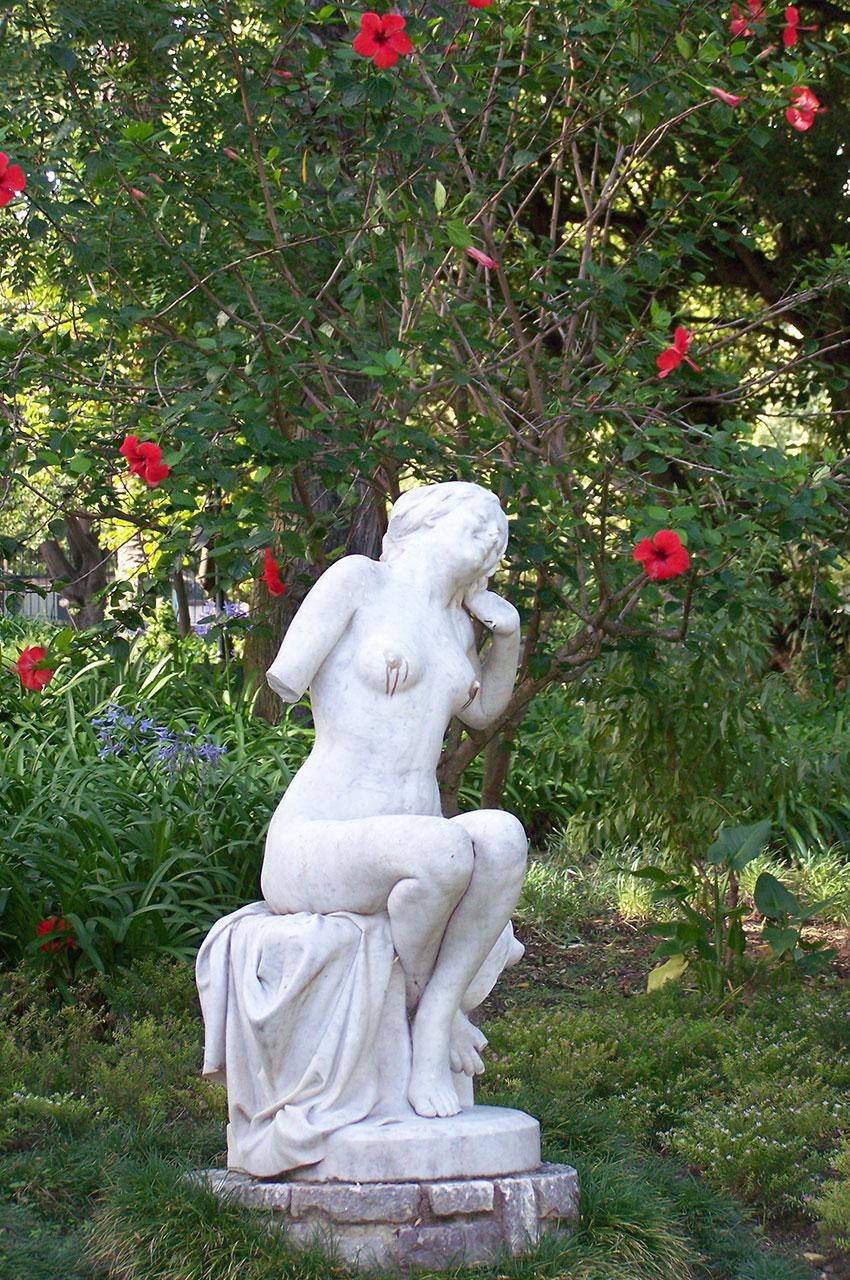 Statue en marbre d'une jeune fille dans le jardin de l'Estrela