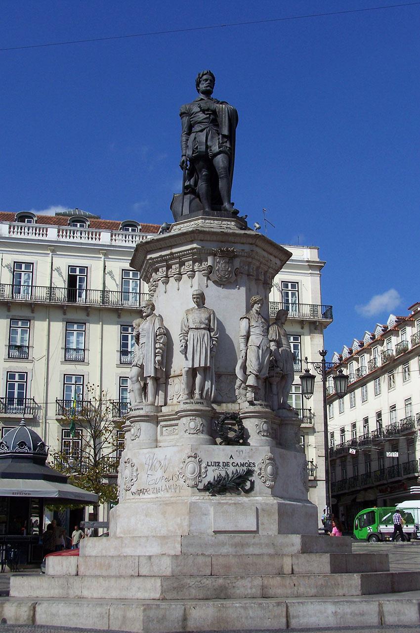 Statue de Luis de Camoes sur la place éponyme