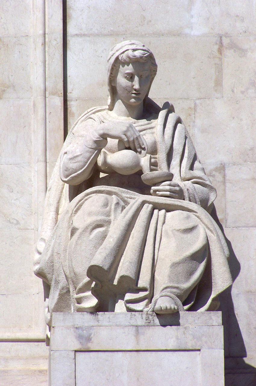 Statue de marbre devant l'entrée du Palais