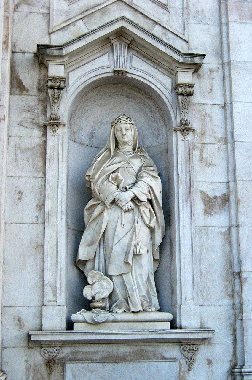 Statue d'une sainte sur la façade