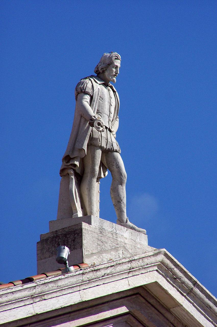 Statue au sommet du théâtre Dona Maria II