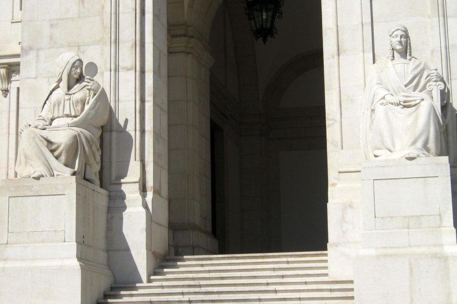 Les deux autres statues de part et d'autre de l'entrée