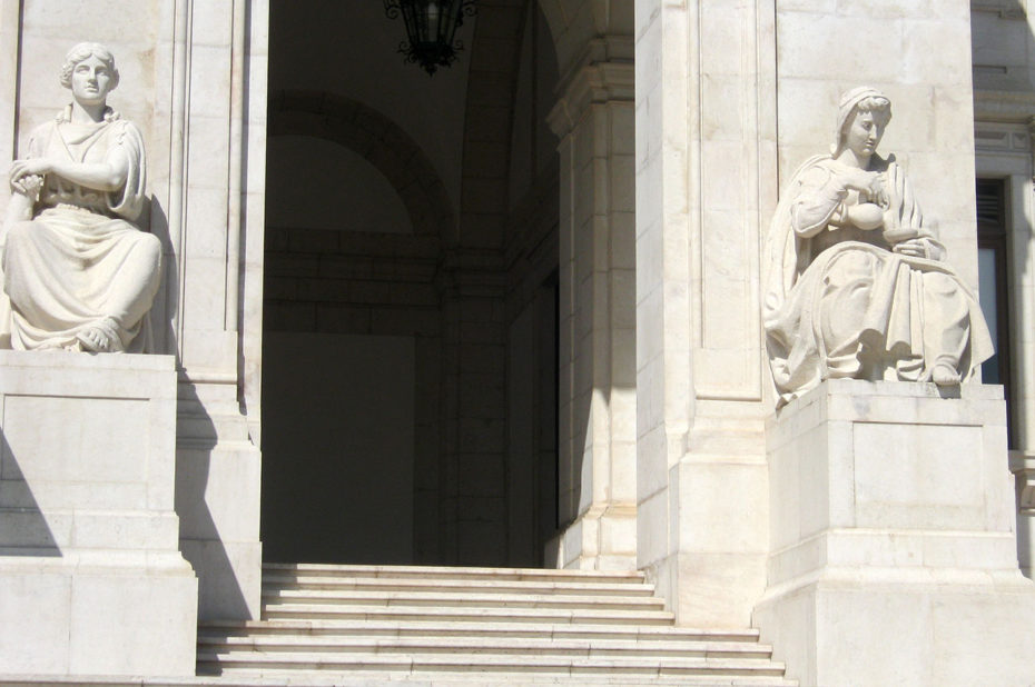 Statues monumentales à l'entrée du Palais