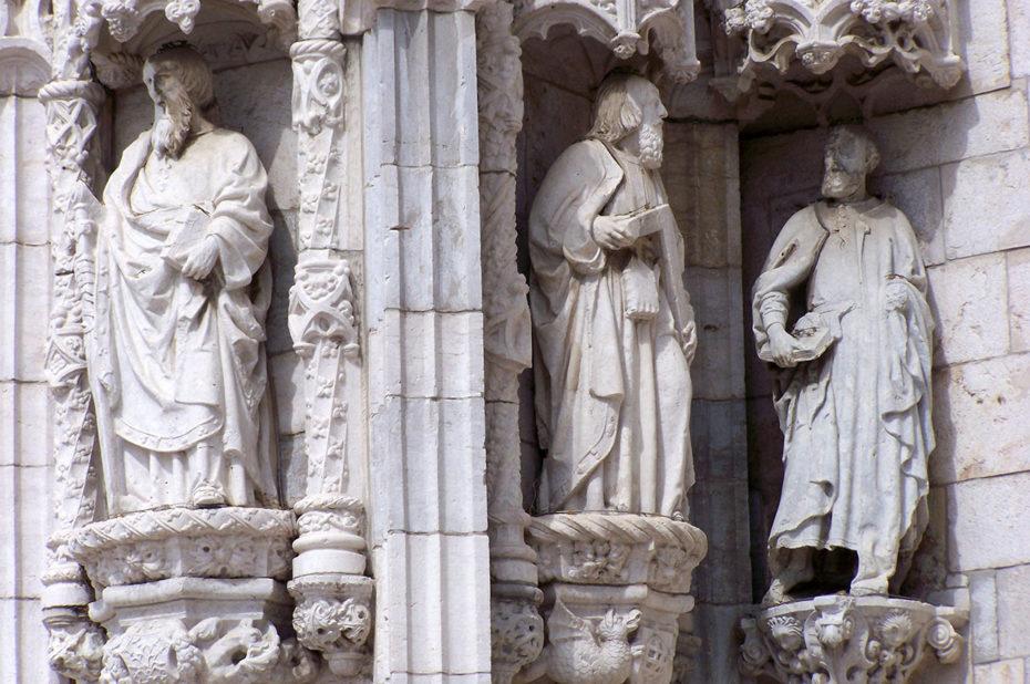 Statues sculptées sur la façade du monastère des Hiéronymites