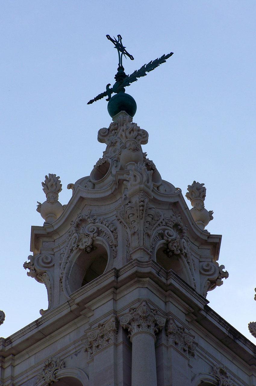 Des tours finement sculptées de style néoclassique