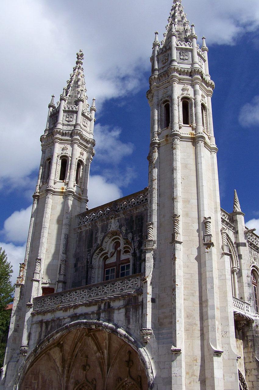 Les tours du monastère s'élancent vers le ciel