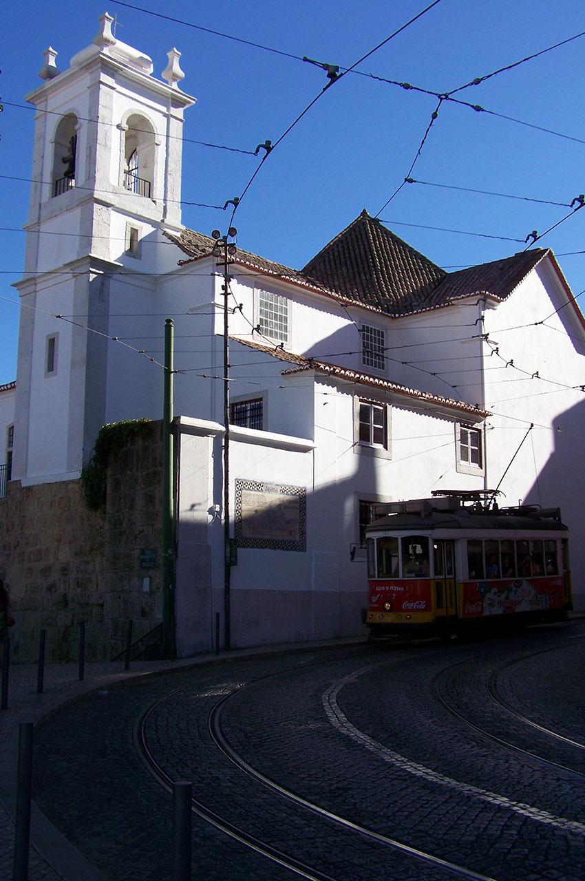 Le tramway passe devant l'église de Santa Luzia