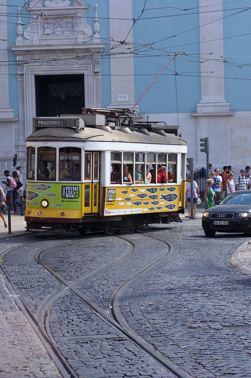 Tramway jaune devant l'église de Loreto