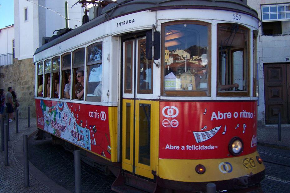 Le tramway se faufile dans les petites rues de Lisbonne