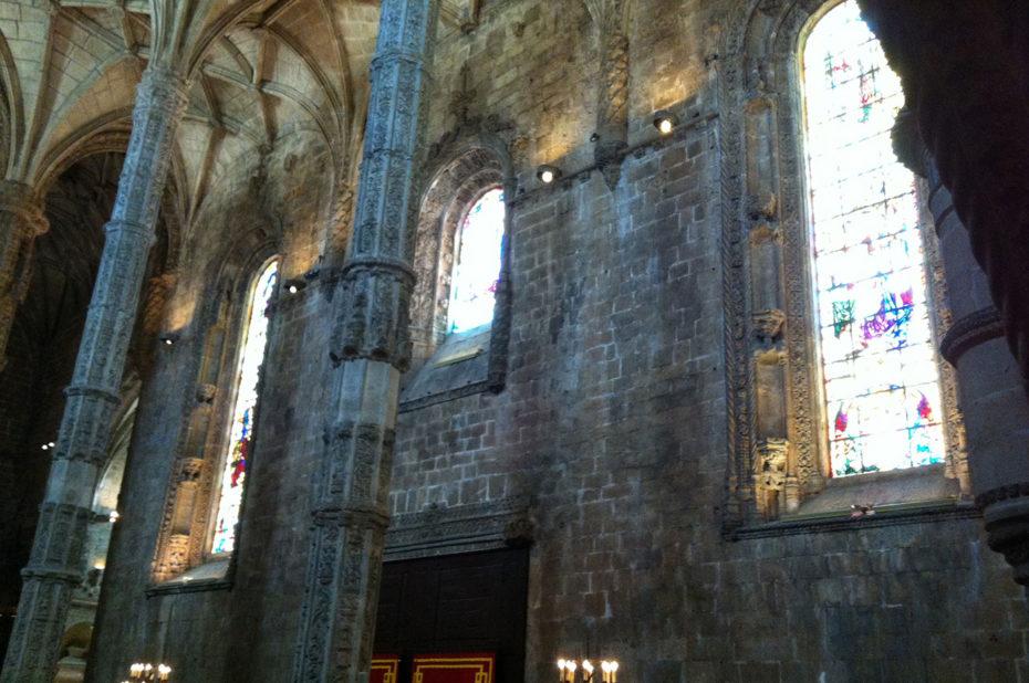 Les vitraux dans la nef de l'église
