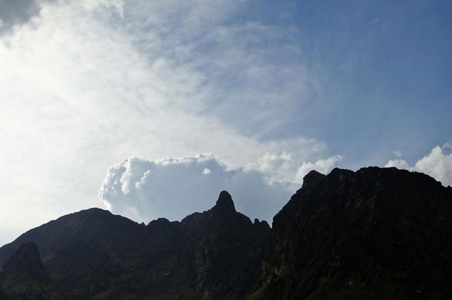 De gros nuages blancs au-dessus des montagnes