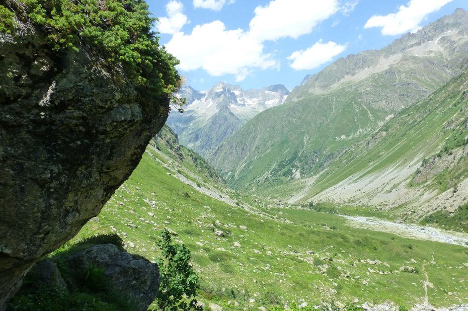 Pause pique-nique à l'ombre d'un gros rocher