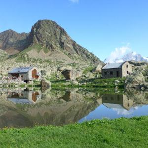 Le refuge de Vallonpierre au bord du lac