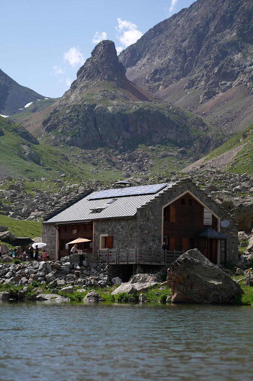 Le refuge est niché au cœur du Parc National des Écrins
