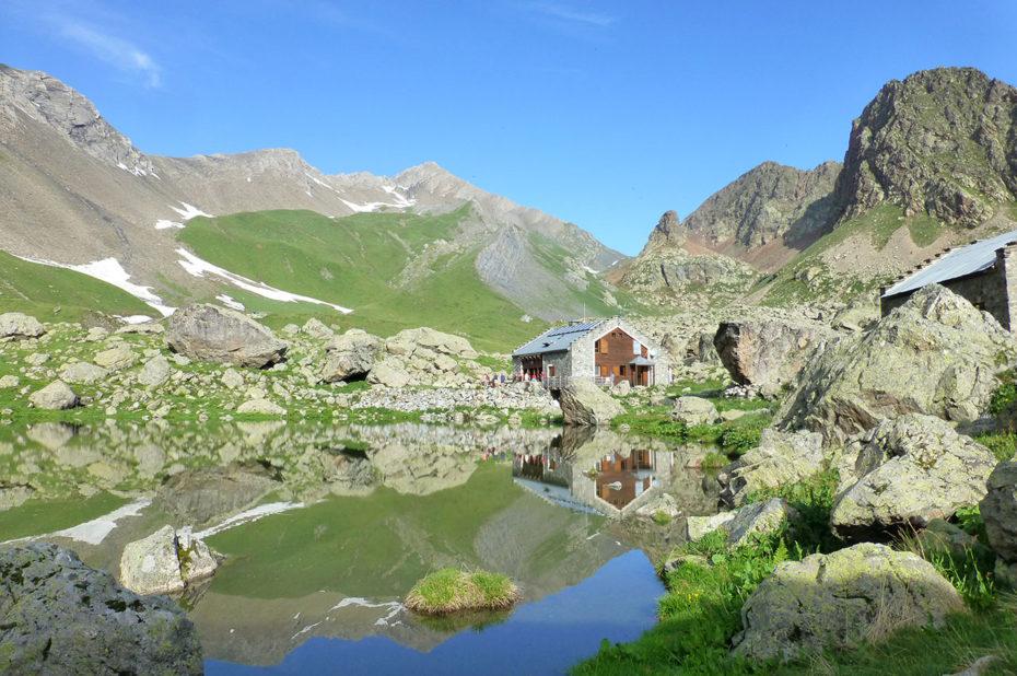 Le refuge de Vallonpierre se reflète dans le lac