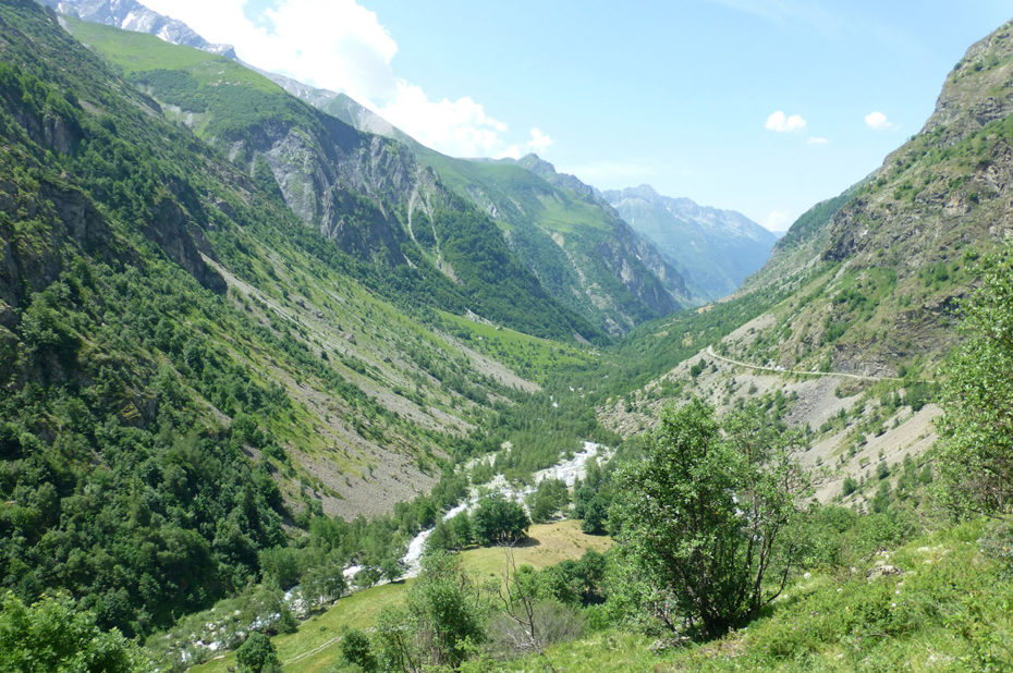 La vallée étroite du Valgaudemar et sa route