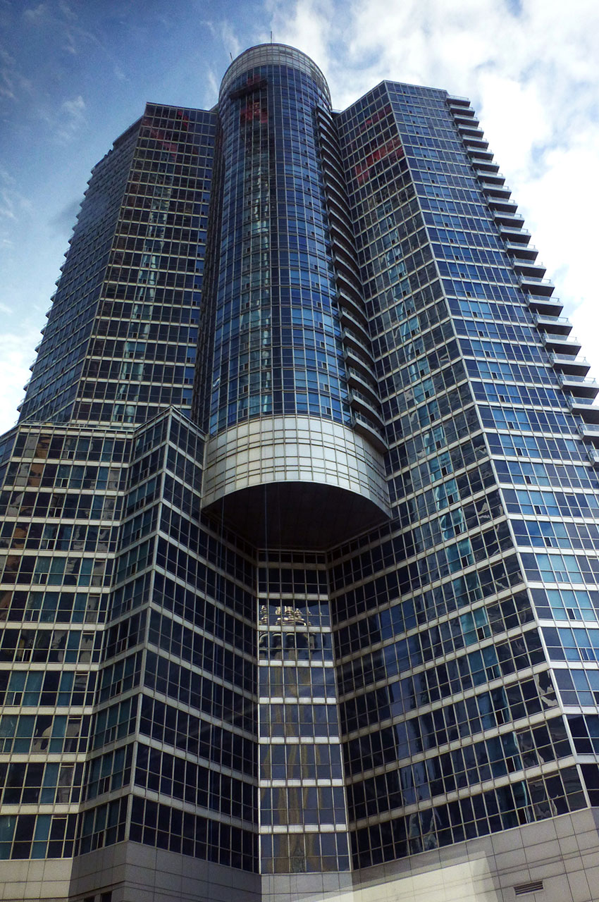 Un building de béton et de verre