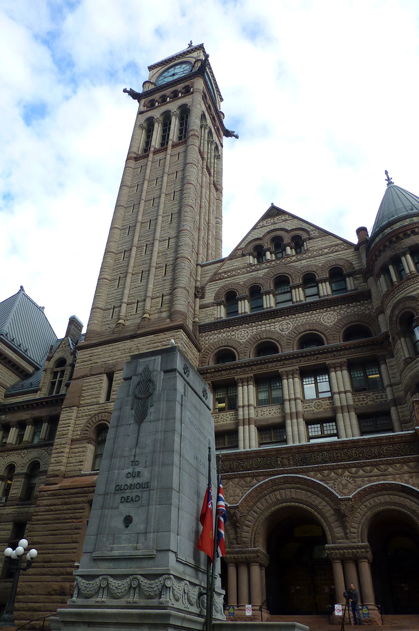 Monument aux morts devant la cour de justice de l'Ontario