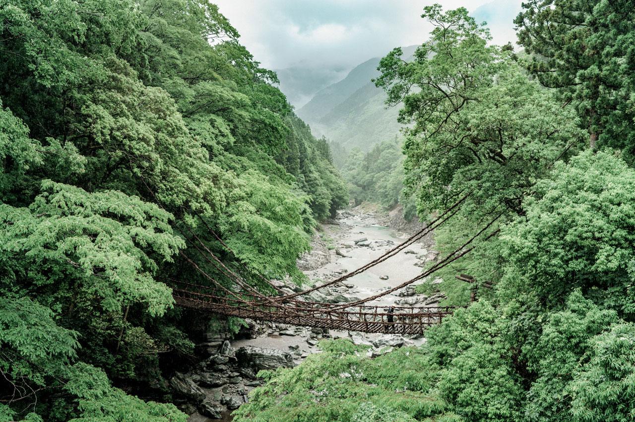 Pont de lianes au creux des gorges de la rivière Iya