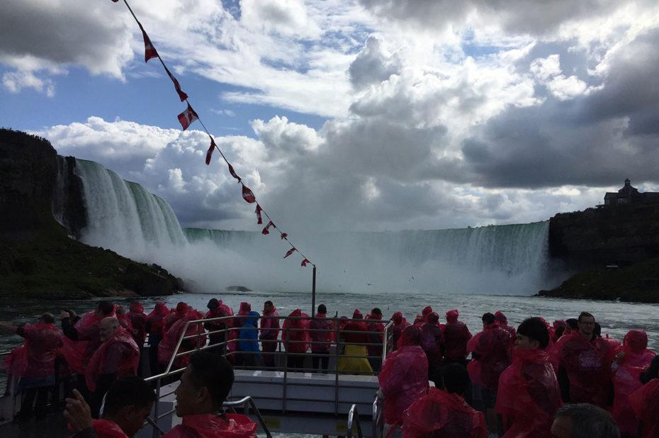 Sur le bateau pour découvrir de plus près les chutes du Niagara