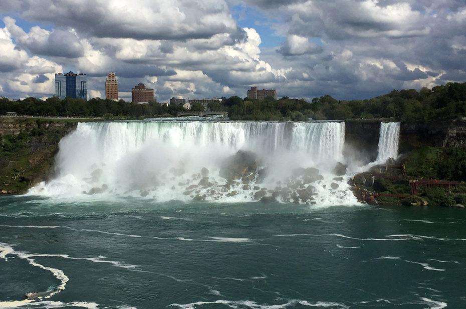 Les chutes et la ville américaine de Niagara Falls
