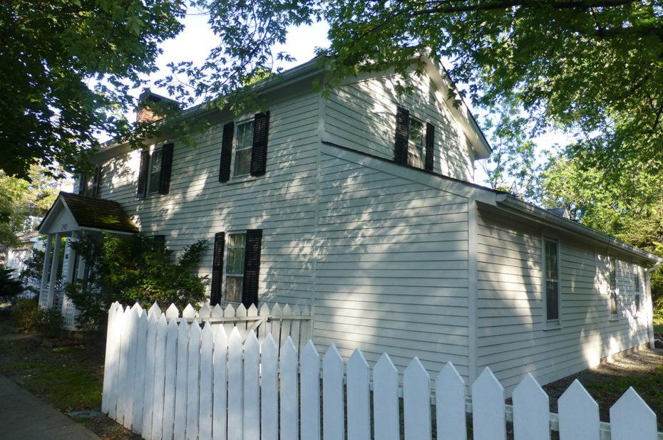 Maison avec une barrière blanche