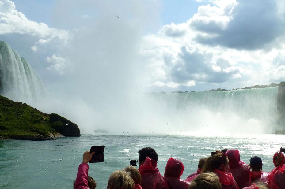 Des touristes fascinés par la majesté des chutes du Niagara