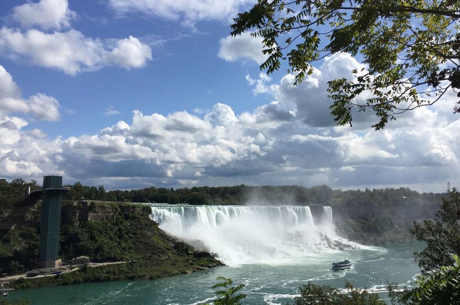 Vue d'ensemble des chutes du Niagara et du poste d'observation