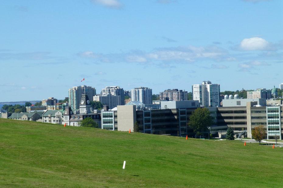 De belles pelouses entourent le site du Fort Henry
