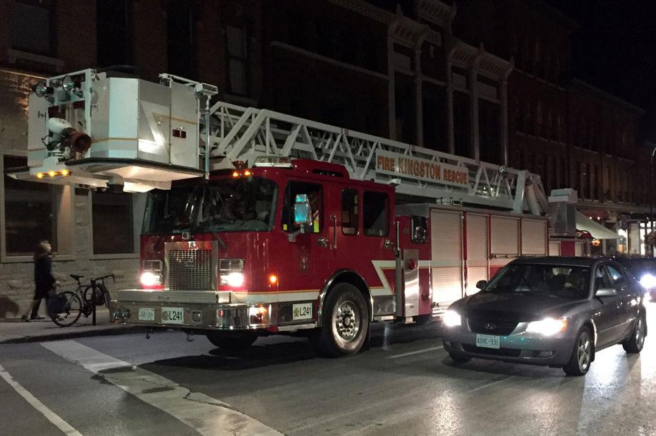Camion de pompiers attendant au feu rouge