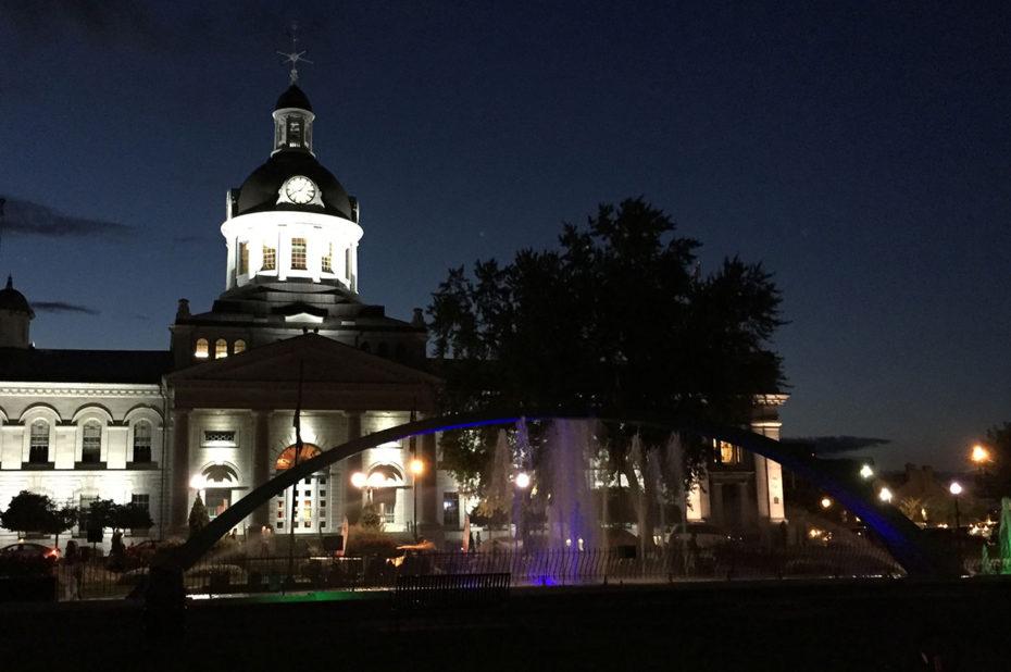 Les lumières dansent devant l'hôtel de ville