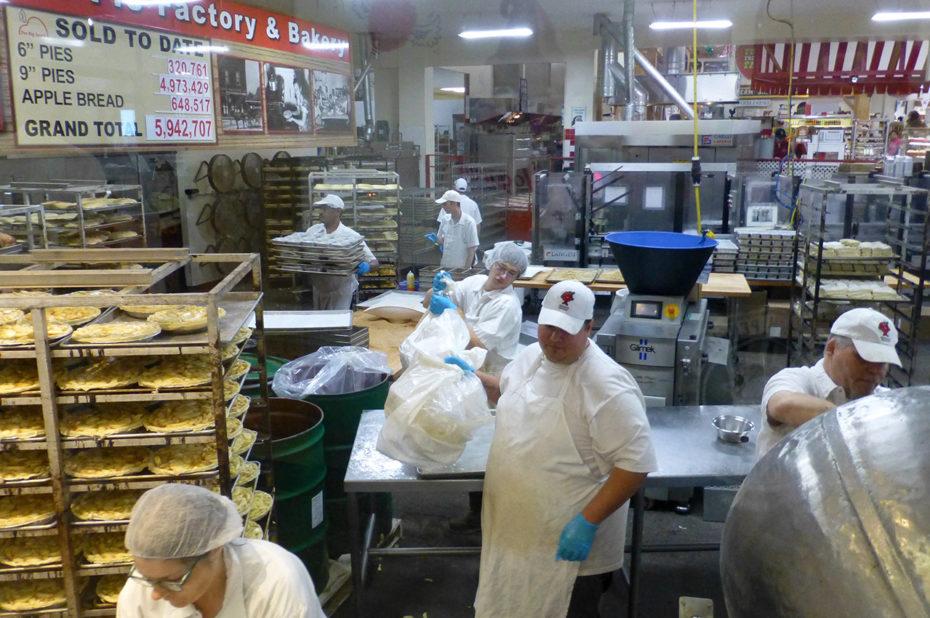 Les ouvriers s'affairent à la préparation