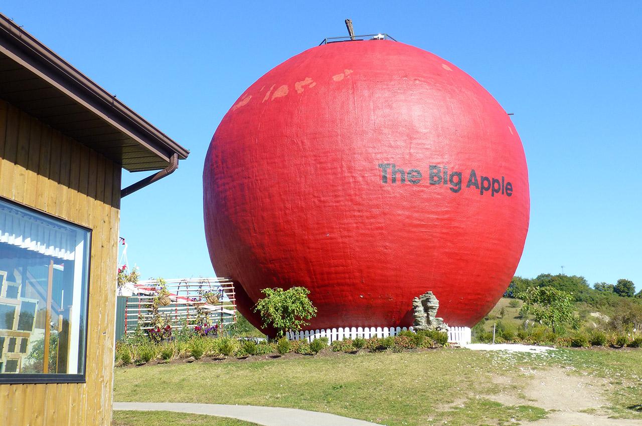 photos de the big apple colborne ontario. Black Bedroom Furniture Sets. Home Design Ideas