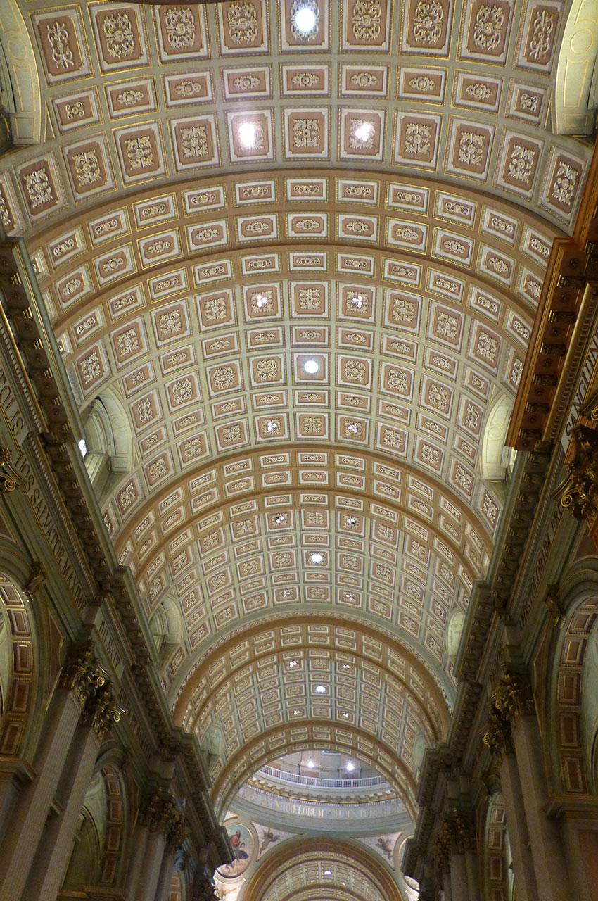 Les arches et le plafond recouvert de dorures