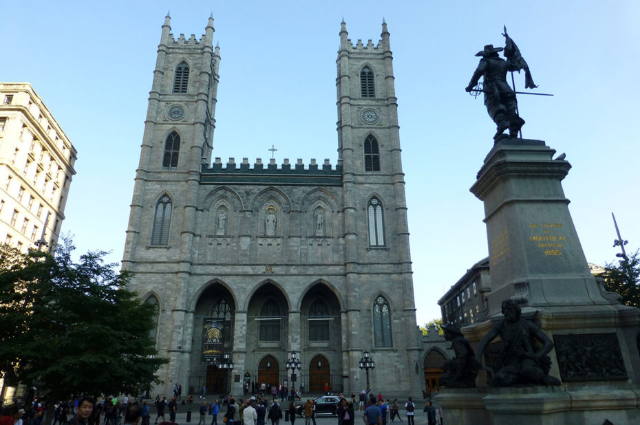 La basilique Notre-Dame de Montréal depuis la place d'armes