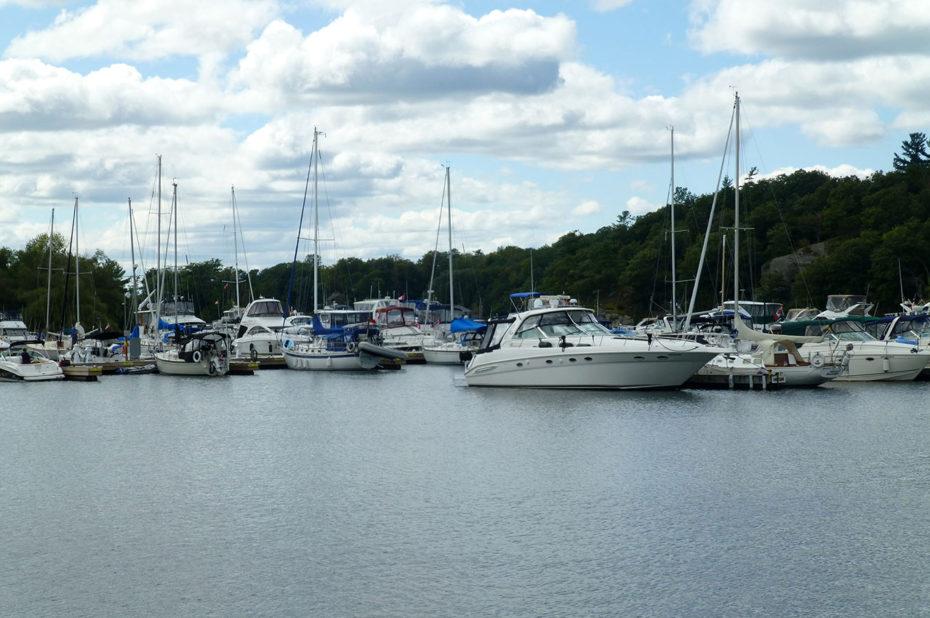 De beaux yachts dans le port