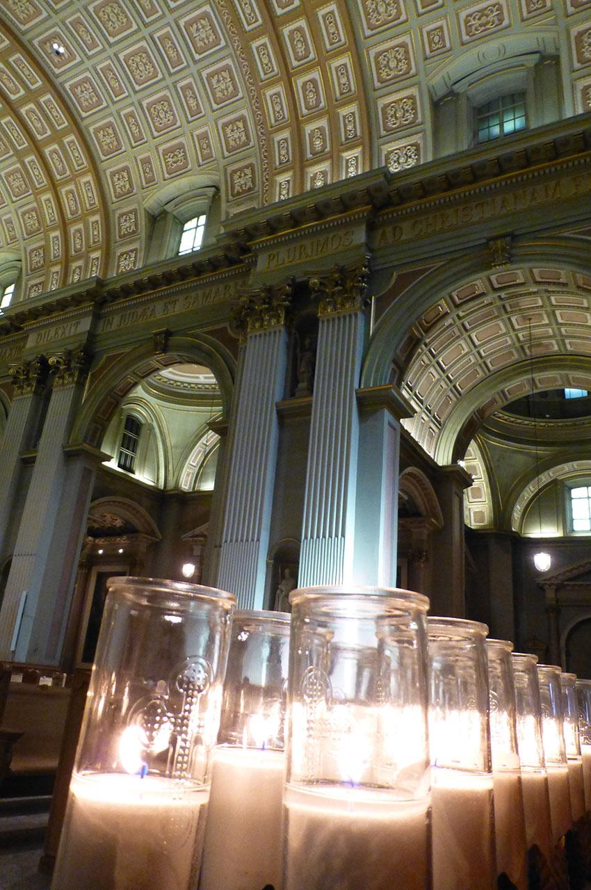 Bougies à la cathédrale Marie-Reine-du-Monde