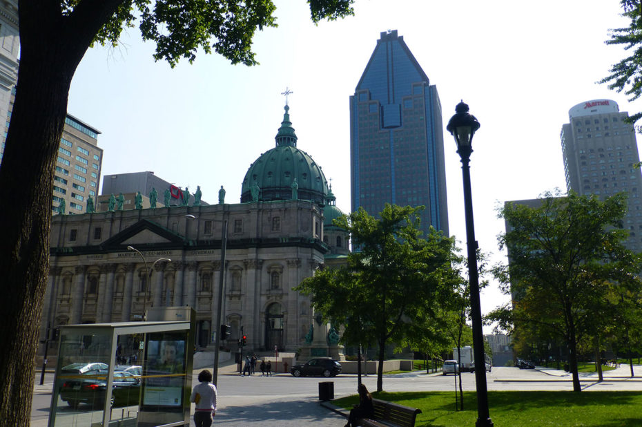 La cathédrale Marie-Reine-du-Monde au cœur des buildings de Montréal