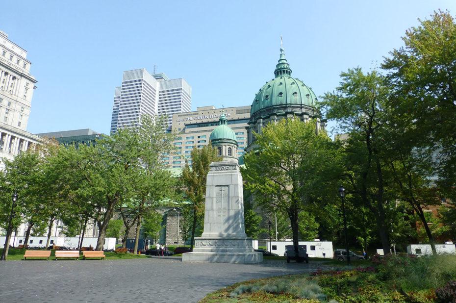 La cathédrale Marie-Reine-du-Monde vue depuis la place du Canada