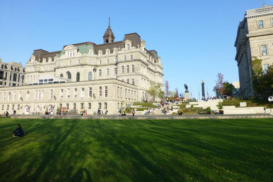 Sur le champ-de-mars, derrière l'hôtel de ville de Montréal