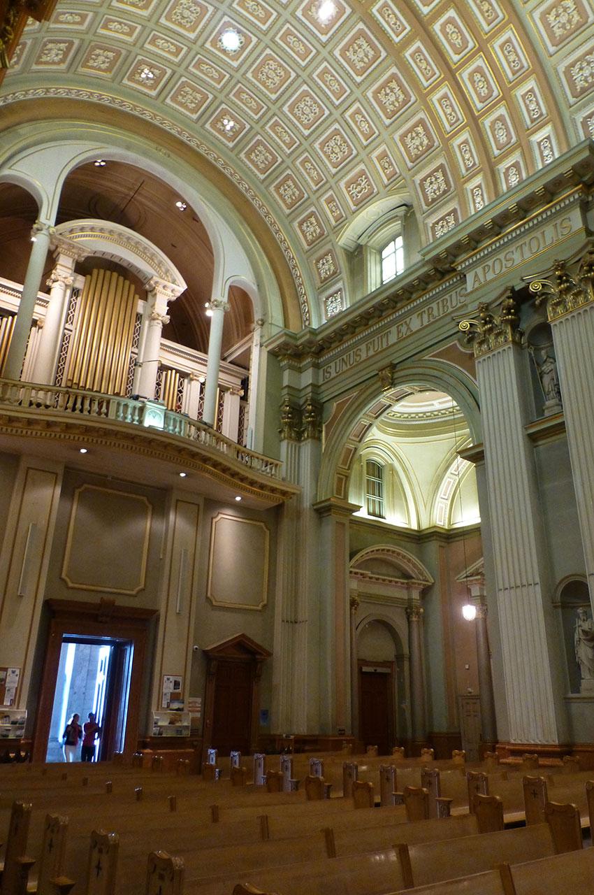 L'entrée sur la nef et l'orgue de la cathédrale