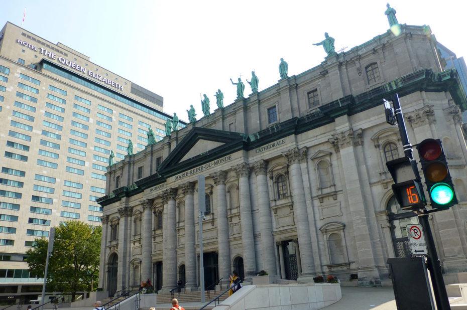 L'esplanade devant l'entrée de la cathédrale
