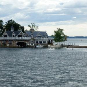 Une grande maison de famille qui occupe presque toute la superficie de l'île