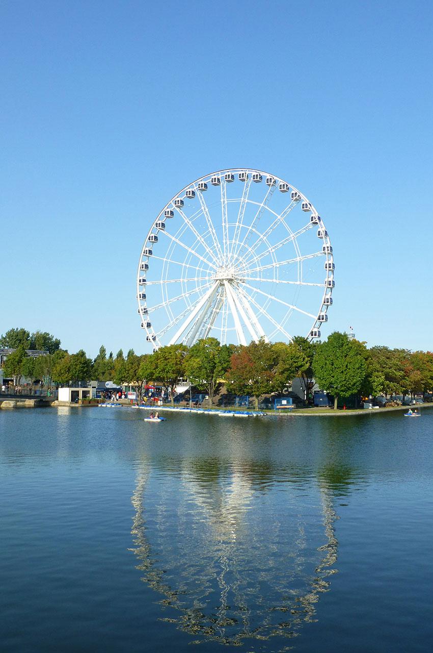 La grande roue se reflète dans l'eau du Vieux-Port