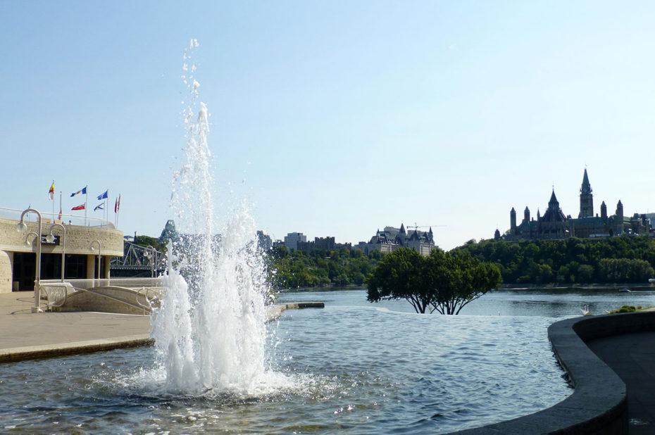 Jet d'eau avec la colline du Parlement au fond