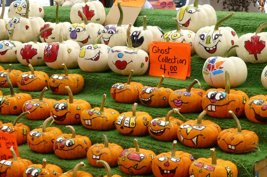 De mini-citrouilles décorées au marché By