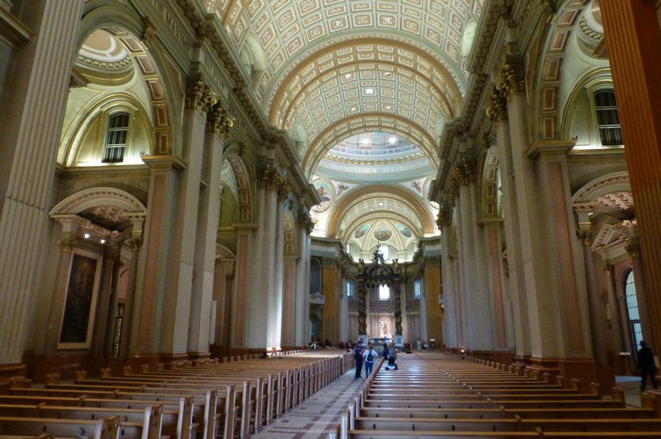 La nef centrale de la basilique-cathédrale Marie-Reine-du-Monde
