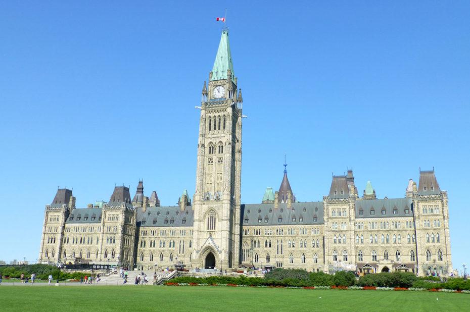 Le Parlement d'Ottawa et ses pelouses impeccables