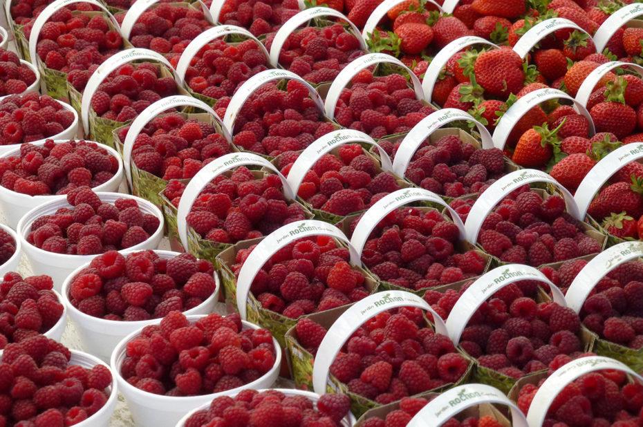 Petits paniers de fraises et de framboises au marché By